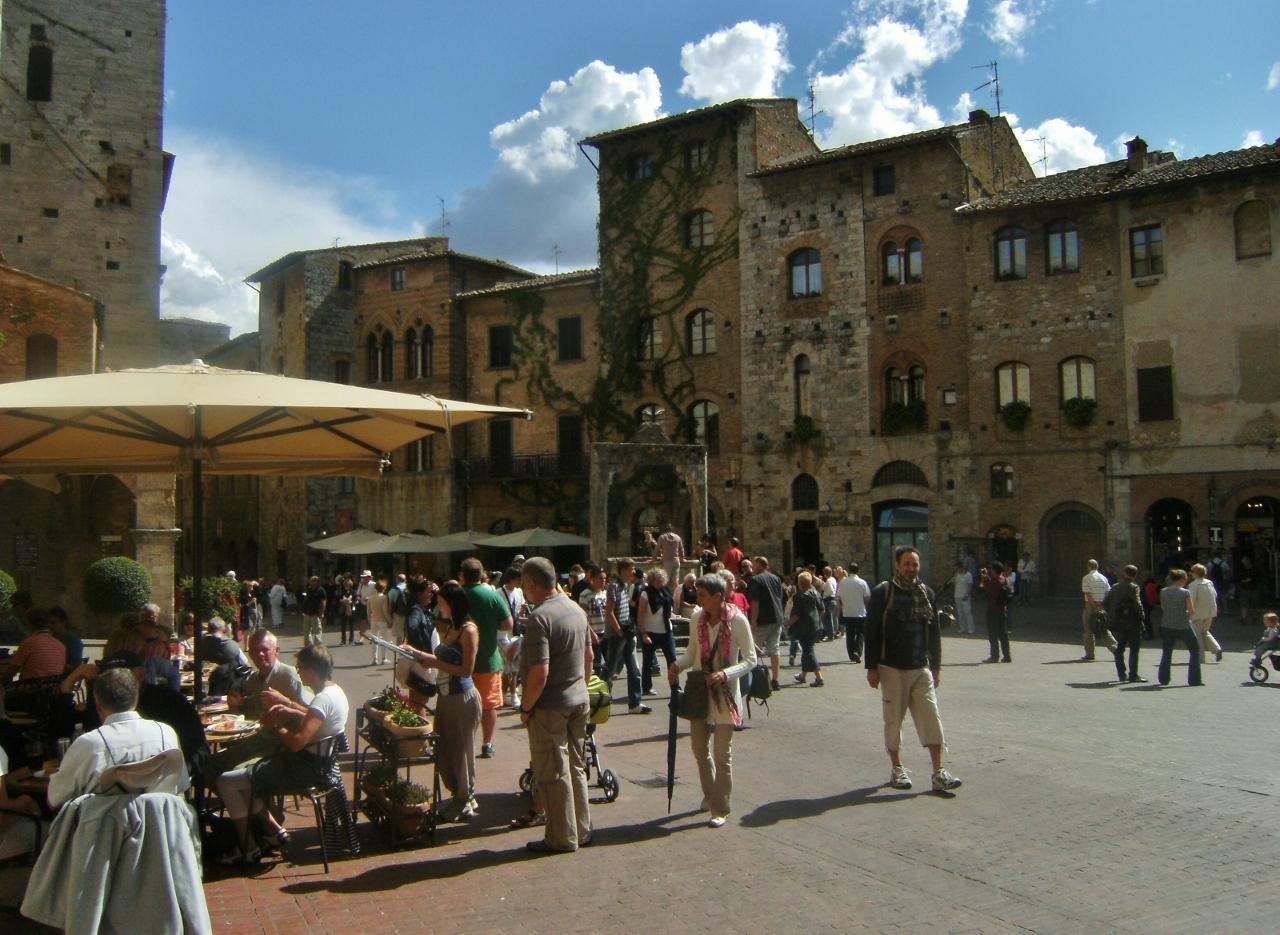 Italy - San Gimignano - Piazza della Cisterna (1280x935)