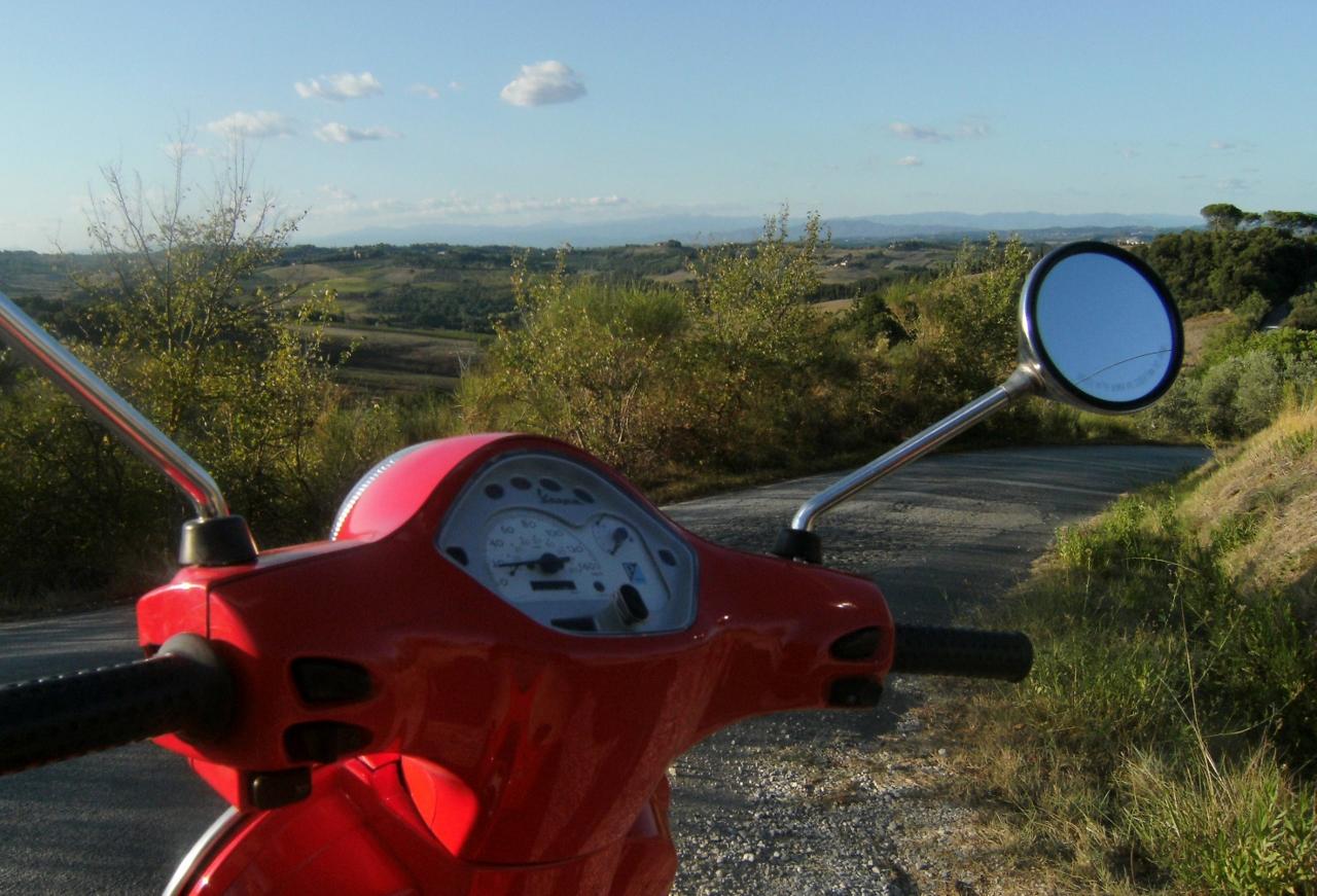 Italy - San Gimignano - Vespa - 2 (1280x871)